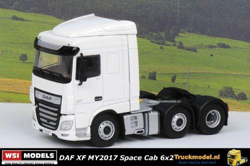Bij Truckmodel WSI 03-2019A Daf XF MY2017 Space Cab 6x2 voorloopas trekker