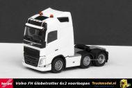 Herpa 305792-003 Volvo FH Globetrotter 6x2 voorloopas trekker met lampenrek en zwaailichten Wit