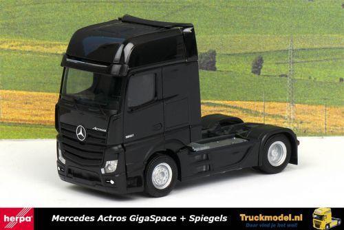 Herpa 309219A Mercedes Actros MP4 GigaSpace Zwart met zwart chassis 4x2 trekker